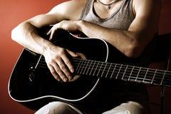 Guitariste sur le rouge Photo stock
