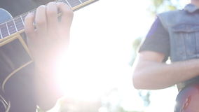 Guitaristes jouant dans la rue banque de vidéos