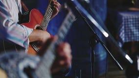 Guitaristes jouant la guitare et le bouzouki clips vidéos