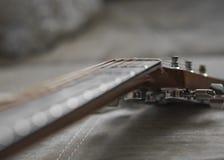 Guitarra acústica clásica del instrumento musical del color claro con las clavijas de acero y las secuencias de plata fotos de archivo libres de regalías