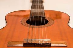 Guitarra acústica clásica en la opinión blanca del fondo fotos de archivo libres de regalías