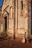 Guitarra acústica clásica en ruinas de la iglesia abandonada Fotos de archivo libres de regalías