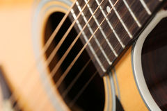 Guitarra acústica clássica na perspectiva estranha e incomum Fotos de Stock