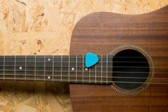 Guitarra acústica com picareta Imagens de Stock Royalty Free