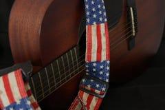 Guitarra acústica con la correa de la bandera americana Fotografía de archivo