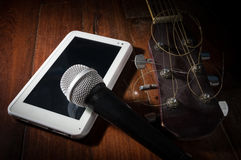 Guitarra acústica con la tableta del micrófono y del ordenador Imagenes de archivo