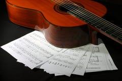 Guitarra acústica con las hojas de música Imágenes de archivo libres de regalías