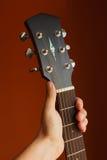guitarra acústica de la seis-secuencia en un fondo rojo fotografía de archivo