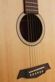 guitarra acústica de la seis-secuencia en un fondo rojo fotos de archivo