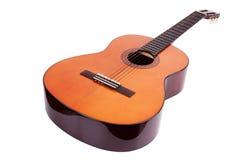 Guitarra acústica de madeira no fundo branco Fotografia de Stock Royalty Free