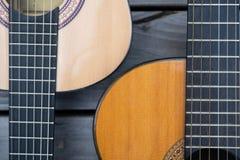 Guitarra acústica dos en la tierra de madera fotos de archivo