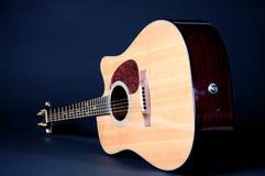 Guitarra acústica em Bk preto Fotografia de Stock