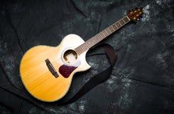 Guitarra acústica em um caso no fundo escuro Fotos de Stock