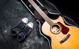 Guitarra acústica em um caso no fundo escuro Imagens de Stock