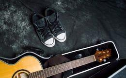 Guitarra acústica em um caso no fundo escuro Foto de Stock