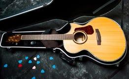 Guitarra acústica em um caso no fundo escuro Fotografia de Stock