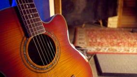 Guitarra acústica em um fundo escuro Fotos de Stock