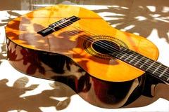 Guitarra acústica en verano fotografía de archivo
