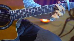 Guitarra acústica - guitarrista que juega acordes Instrumento musical con las manos del ejecutante almacen de metraje de vídeo