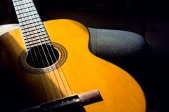 Guitarra acústica na sala, passatempo home fotografia de stock royalty free