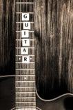 Guitarra acústica no estilo do vintage no fundo de madeira Fotografia de Stock Royalty Free