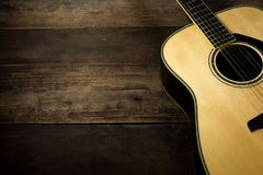Guitarra acústica no fundo de madeira Imagem de Stock