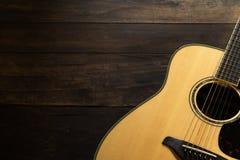 Guitarra acústica no fundo de madeira com espaço da cópia Imagens de Stock