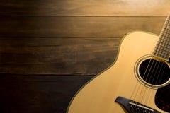 Guitarra acústica no fundo de madeira Copie o espaço Foto de Stock
