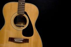 Guitarra acústica no preto Imagens de Stock Royalty Free