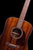 Guitarra acústica no preto Imagem de Stock