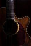 Guitarra acústica oscura, aún vida Foto de archivo