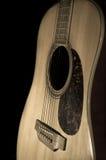 Guitarra acústica oscura, aún vida Fotografía de archivo