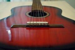 Guitarra acústica vermelha Foto de Stock Royalty Free