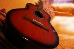 Guitarra acústica vermelha Imagem de Stock Royalty Free