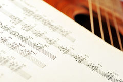 Guitarra acústica vieja Fotos de archivo libres de regalías