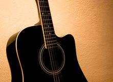 Guitarra acústica vieja Imagenes de archivo