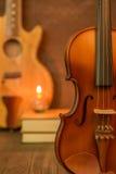 Guitarra acústica, violino, livro Fotografia de Stock