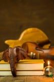 Guitarra acústica, violino, livro Fotos de Stock