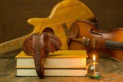 Guitarra acústica, violino, livro Foto de Stock