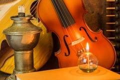 Guitarra acústica, violino, livro e ábaco Imagens de Stock