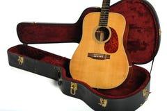 Guitarra acústica y caso Imagen de archivo libre de regalías