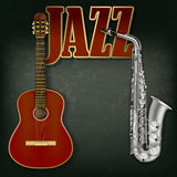 Guitarra acústica y saxofón en fondo gris Foto de archivo