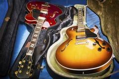 Guitarra acústicas nas tampas foto de stock