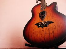Guitarra accoustic bonita nova do miliampère imagens de stock royalty free