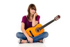 Guitarra adolescente atractiva de la muchacha Fotografía de archivo