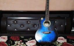 A guitarra azul da cor fotografia de stock royalty free