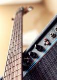 Guitarra-baixo e amplificador de cinco cordas imagens de stock