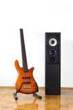 Guitarra baja y altavoz Fotografía de archivo libre de regalías