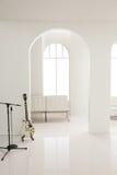 Guitarra blanca en el estudio blanco Imágenes de archivo libres de regalías