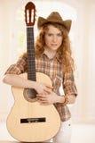 Guitarra bonita del abarcamiento de la muchacha del guitarplayer Fotos de archivo libres de regalías
